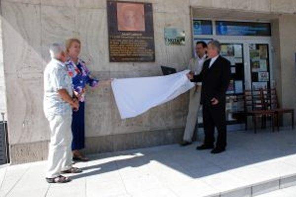 Štátnikovi odhalili na sídle mestského úradu pamätnú tabuľu.
