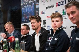 Tréner Ján Valach (vpravo), po jeho boku Juraj a Peter Saganovci, Martin Haring a na druhom konci stola šéf slovenskej cyklistiky Peter Privara.