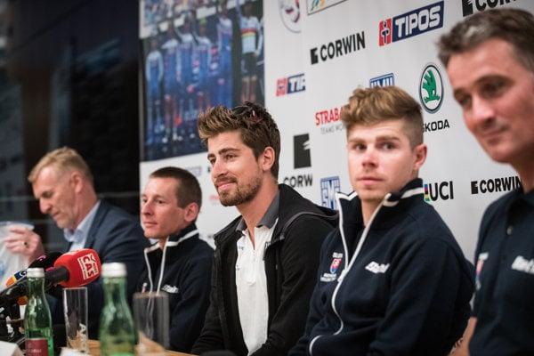 Tréner Ján Valach (celkom vpravo) s bratmi Saganovcami.