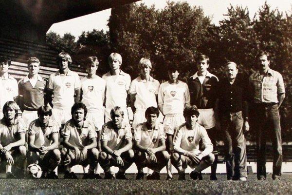 MUDr. Ľudovít Holý (stojí druhý sprava) na snímke z roku 1983.