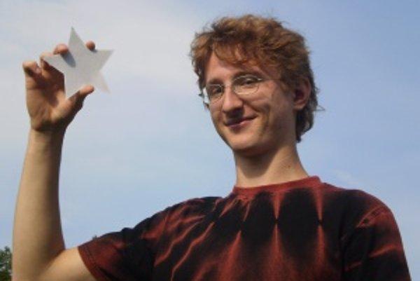 Miroslav Jagelka. Ambiciózny astronóm nechápe, prečo sa hviezdy zobrazujú v päťcípom tvare, keď v skutočnosti sú guľaté.