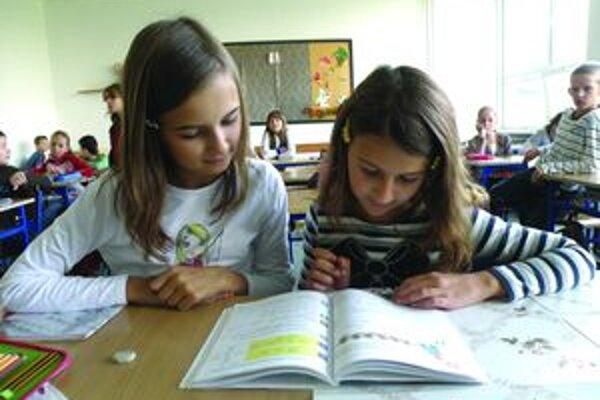 Kristínka Pročková a Sabínka Boháčiková sa delia v škole o jednu učebnicu matematiky, ktorú nechávajú v škole.