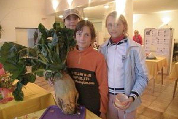 Cenu na výstavu si prišli prebrať za Milana Hurtu prebrať vnúčatá Vierka, Andrej a Kristína.