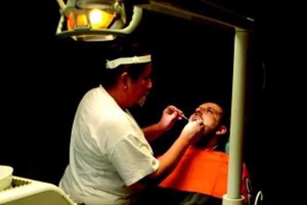 Zubárov ako šafranu. Štát by mal podporiť motiváciu i výučbu stomatológie, inak budeme u zubárov stáť rady. Na snímke súkromná zubná lekárka Anna Edlová v Martine.
