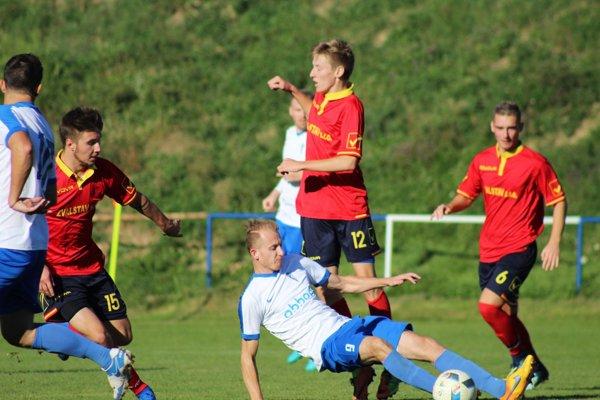 V. Zálužie porazilo Oponice 4:0. Na snímke dolu v bielom Michal Andrášik, autor dvoch gólov.