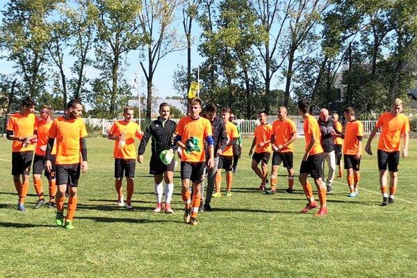 Futbalisti FC Saliby jun. sa dočkali prvého víťazstva.