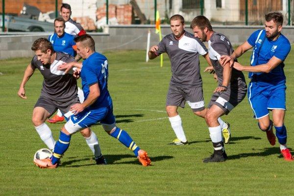 Volkovce (v modrom) rozhodli o výsledku v 85. minúte, víťazný gól strelil najlepší kanonier súťaže Michal Kováč (na snímke celkom vpravo).