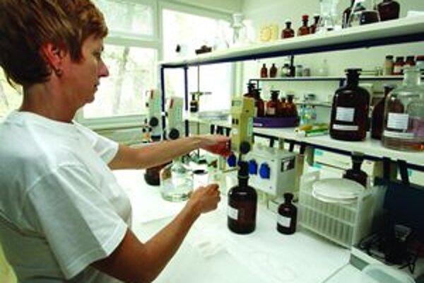 Napriek deklarovanému prebytku zásob vakcíny infanrix hexa lekárnici aj distribučná firma hlásia jej nedostatok.