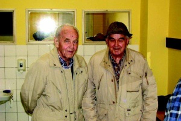 """Najstarší """"známkari"""". František Nikodým a Leopol Koričanský majú deväťdesiat rokov a už dávno prekročili dvadsaťtisícový počet známok."""