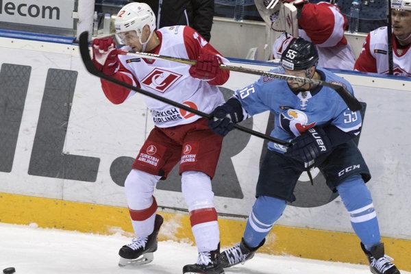 Američan Nicholas Schaus (vpravo) v Slovane nepresvedčil.