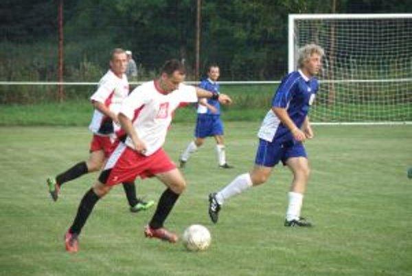 Jasenica (v bielom) vyhrali derby s Papradno 2:0.