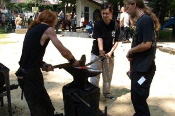 Minuloročné Kováčske dni mali jednu ženu - kováčku. Bola ňou Adriana Kramlová, študentka Školy úžitkového výtvarníctva v Kremnici.