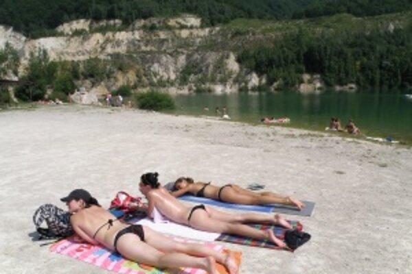 Rieka. Vodná plocha pri Šútove býva počas víkendu obsadená návštevníkmi.