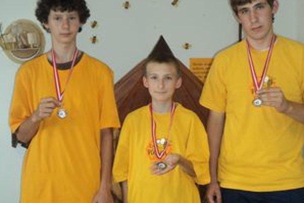 S medailami. Zľava: Jakub Kuchta, Ján Kuchta, Ján Pecka.