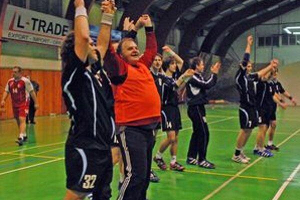 Jozef Mujgoš (druhý z prava) sa takto ešte ako brankár tešil so svojimi spoluhráčmi po víťaznom zápase. Teraz ich bude trénovať.