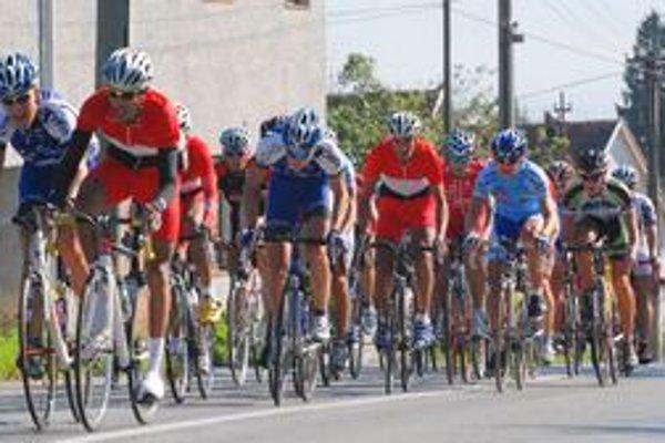 V hlavnej kategórii mužov sa pelotón držal pohromade len v prvom kole. Potom sa rozkúskoval do niekoľkých skupín.