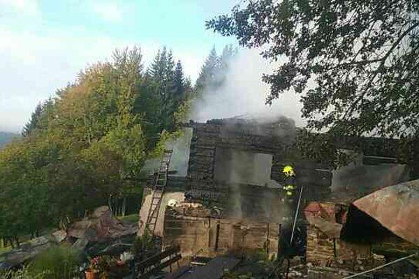 Príčina vzniku požiaru je momentálne v štádiu zisťovania.