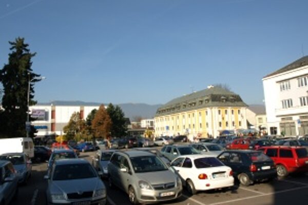 Parkoviská, na ktoré sa vchádza cez parkovacie terminály, budú od 2. novembra prvé dve hodiny zadarmo.