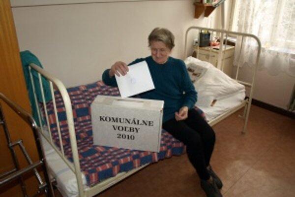 Anna Dírerová. Osemdesiatosemročná obyvateľka Domova dôchodcov odvolila vo svojej izbe pomocou prenosnej urny.