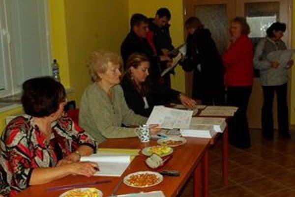 V Žabokrekoch si vyberali voliči zo siedmich kandidátov na starostu a dvadsiatich troch na poslancov. Účasť bola najvyššia večer.