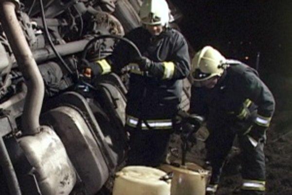 Zásah hasičov. Teplickí hasiči zabezpečili auto pred únikom nafty, cisterna s mliekom nebola porušená.