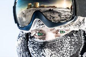Priemerná teplota na stanici Concordia je mínus 50 stupňov Celzia. V okuliaroch je odraz stanice.