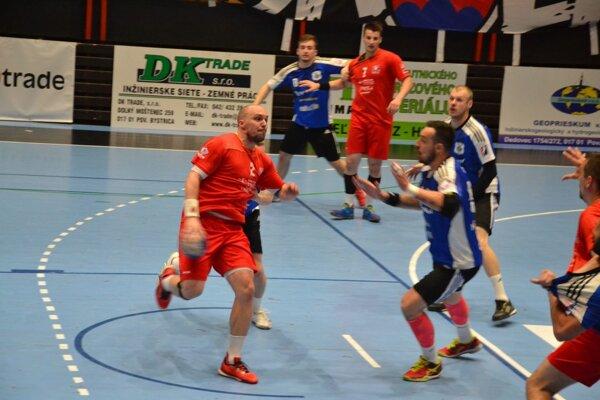 Pupík (vľavo v červenom) dal Šali rovnako ako Ivanytsia sedem gólov.