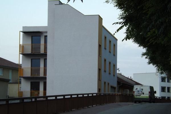 Nepovolená stavba na Podzámskej ulici.