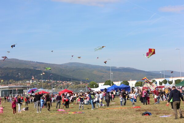 Oblohou lietali stovky šarkanov.