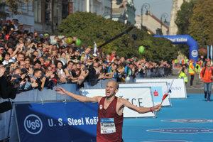 Najrýchlejší Slovák Tibor Sahajda v cieli 95. ročníka Medzinárodného maratónu mieru v Košiciach.