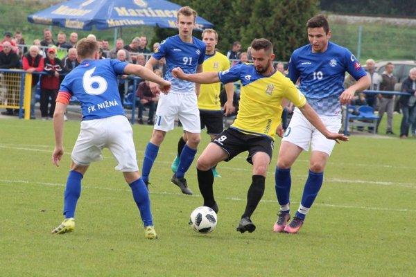 Tvrdošín (v žltom) a Nižná (v modrom) odohrali ligové derby po 11 rokoch.