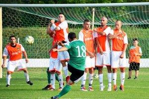 Kostolné Kračany (v oranžovo-bielych dresoch) sa tešili z víťazstva 6:0 nad Zlatými Klasmi.
