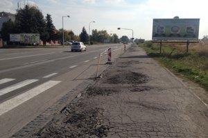Kamióny z krajnice na Komárňanskej ceste zmizli. Čo bude s úsekom ďalej?