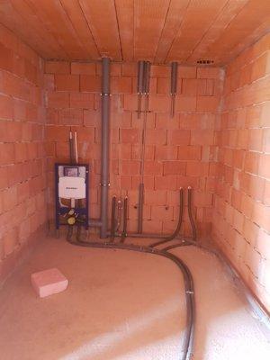 Stavebník momentálne pracuje na rozvodoch vody a kanalizácie.