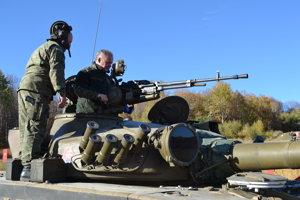 Prezident si zastrieľal z tanku.