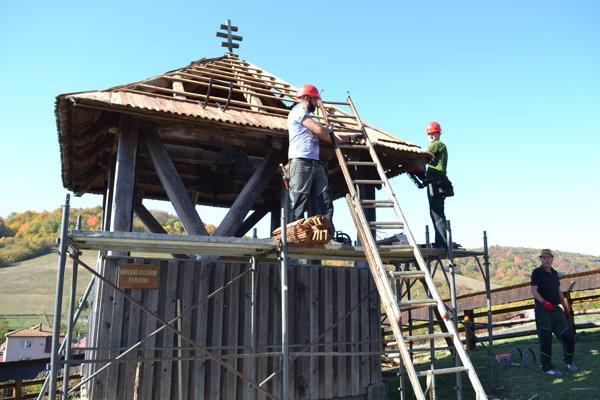 Na strechu zvonice v Kalnej Roztoke použili ručne vyrobené šindle.