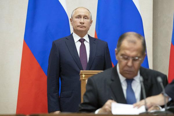 Ruský prezident Vladimir Putin a minister zahraničia Sergej Lavrov (v popredí).
