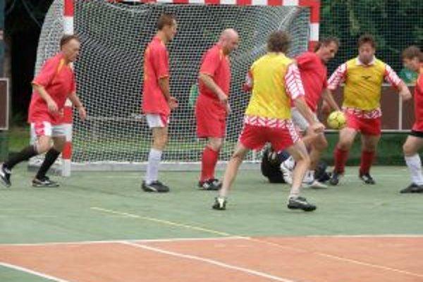 Reds Dolná Breznica (v červenom) inkasovala gól iba od Sokola Letkov (na snímke) a turnaj vyhrala.