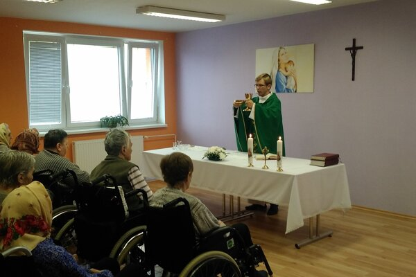 Príjemnú atmosféru si seniori vytvorili modlitbou ruženca aspevom liturgických piesní.