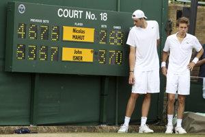 Momentka zo zápasu John Isner - Nicolas Mahut. Američan vyhral rozhodujúci set pomerom 70:68.