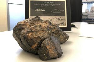 Meteorit z Mesiaca vydražili v Bostone.