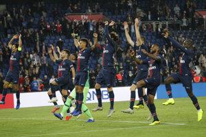 Futbalisti Paríža St. Germain oslavujú víťazstvo nad Amiens.