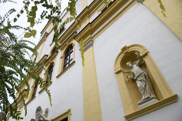 Zreštaurovaná socha sv. Pavla na prednej časti kostola sv. Františka Xaverského