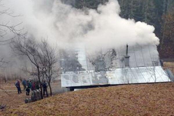 Pri likvidácii požiaru zasahovali aj dobrovoľní hasiči.
