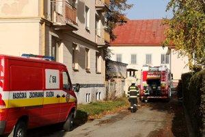 Poobede zasahovali hasiči aj pri poškodenej streche medzi ulicami Jarková a Baštová.