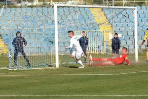 Filip Kis (v bielom) strieľa druhý košický gól, ktorý bol napokon víťaznou trefou.
