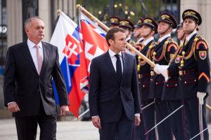 Prezident Slovenskej republiky Andrej Kiska a prezident Francúzska Emmanuel Macron na nádvorí Prezidentského paláca počas oficiálneho privítacieho ceremoniálu pri príležitosti oficiálnej návštevy prezidenta Francúzskej republiky na Slovensku.