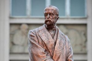 Socha prezidenta Masaryka pred Slovenským národným múzeom na nábreží v Bratislave.