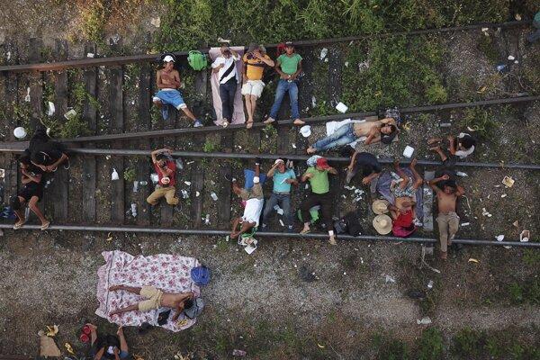 Karavána migrantov smeruje k USA.