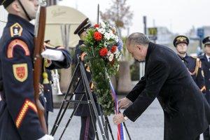 Prezident Kiska počas pietneho aktu kladenia vencov k soche M. R. Štefánika.